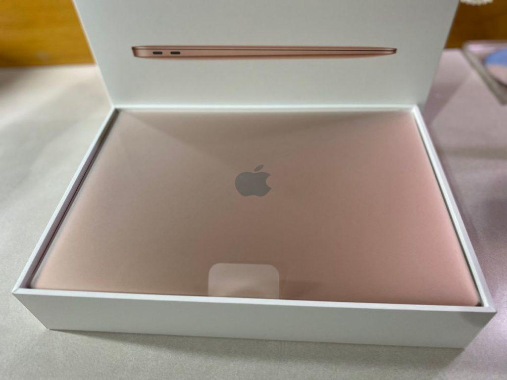 隔著塑膠膜的 MacBook Air 金色特寫
